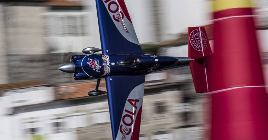 red-bull-air-race-world-championship-2017-porto-portugal-hangarx-in-flight-matt-hall-joerg-mitter