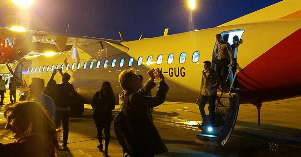 HANGAR X - Pasajeros de Avianca Argentina descienden del ATR 72-600 en el Aeropuerto Internacional de Rosario