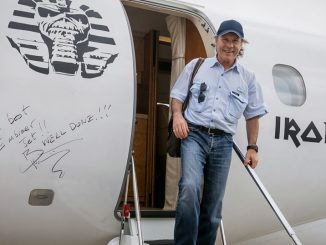 HANGAR X - Bruce Dickinson visitó la fábrica de Embraer y voló un Legacy 500