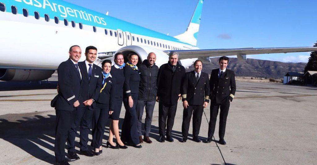 HANGAR X - Mario Dell´Aqua y Guillermo Dietrich junto a la tripulación del vuelo de presentación del 5to Boeing 737-MAX8 en Bariloche-Tripulacion-737-MAX8 Bariloche
