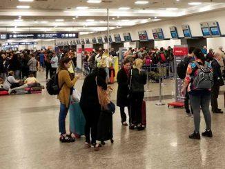 Pasajeros en el Aeropuerto Jorge newbery de la Ciudad de Buenos Aires, Argentina