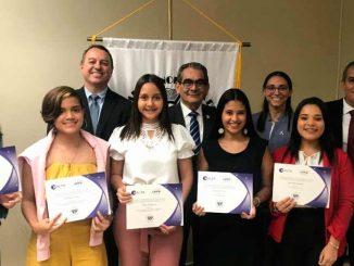 Becan a estudiantes de carreras técnicas de aviación en Panamá