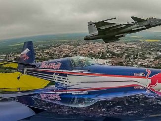 VIDEO / Martin Sonka, Piloto del Red Bull Air Race, vuela en formación con un Saab Gripen