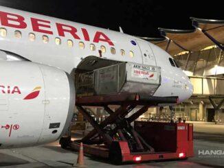 Iberia transporta a España las primeras vacunas de Pfizer en vuelos regulares