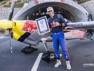 Piloto italiano marca un nuevo Récord Mundial Guinness al volar a través de un túnel
